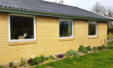 Gult parcelhus med nye hvide vinduer