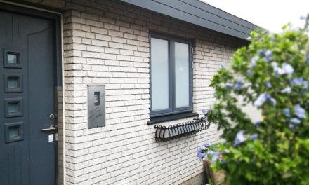 Lysegrå vinduer med lamineret glas