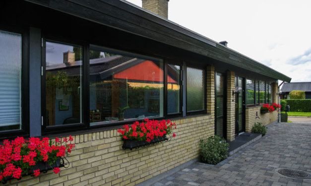 Sorte vinduer og døre til villa i Greve