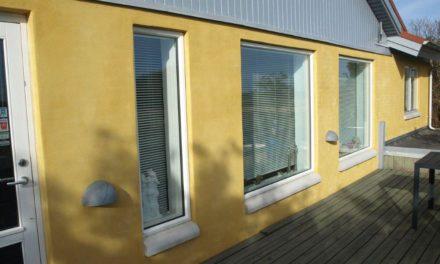 Store hvide vinduer til gult parcelhus
