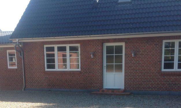 Nye vinduer og facadedør til villa i Toftlund