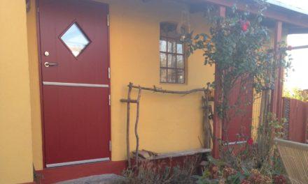 Specialdesignet facadedør til hus på Bornholm