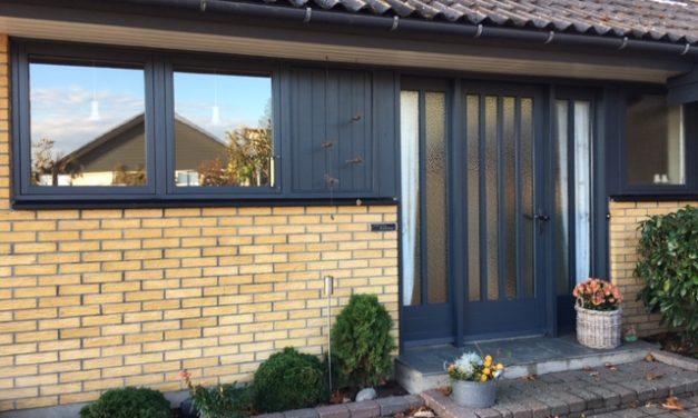 Ny facadedør giver mere lys i parcelhus i Vorbasse