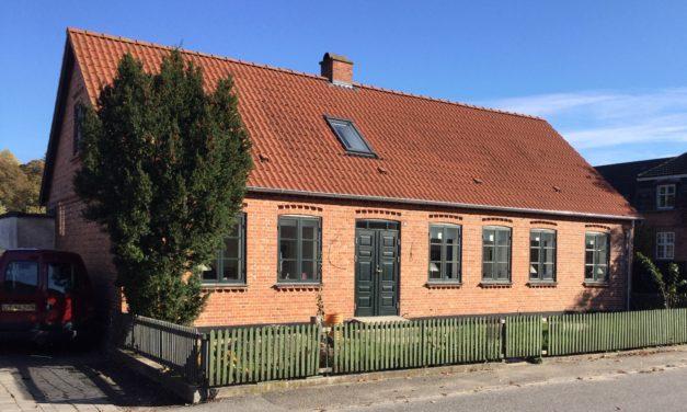 Vinduer og døre i gammel købmandsgård får den oprindelige farve tilbage