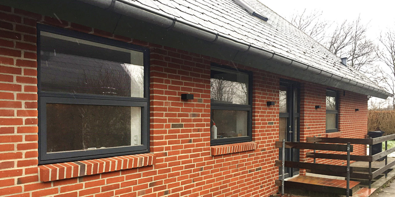 Villa får nyt look med antracitgrå postkassevinduer